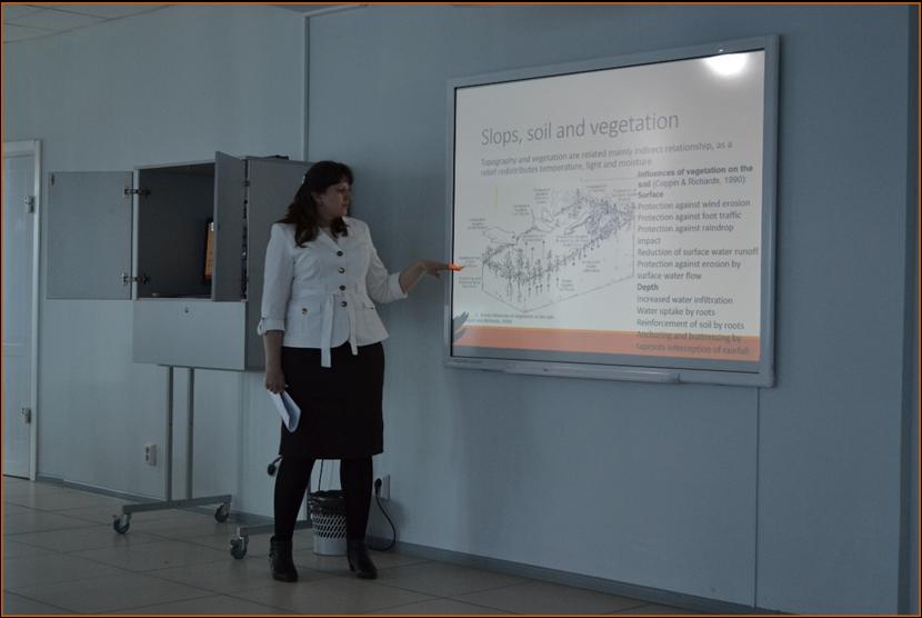 Наталья Жеребятьева читает зарубежным студентам лекцию по теме «The development of Ecological Nets in oil and gas extraction areas in the Tyumen region».png